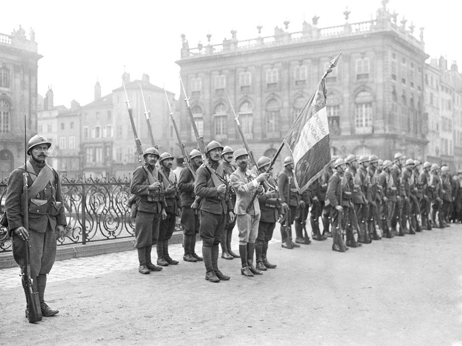 Drapeau du Régiment de Marche de la Légion Etrangère et sa garde à la fin de la Grande Guerre