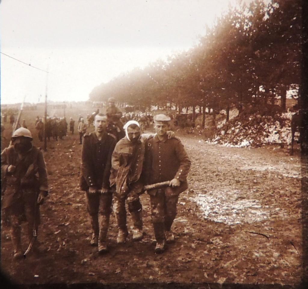 Prisonniers allemands portant un camarade blessé