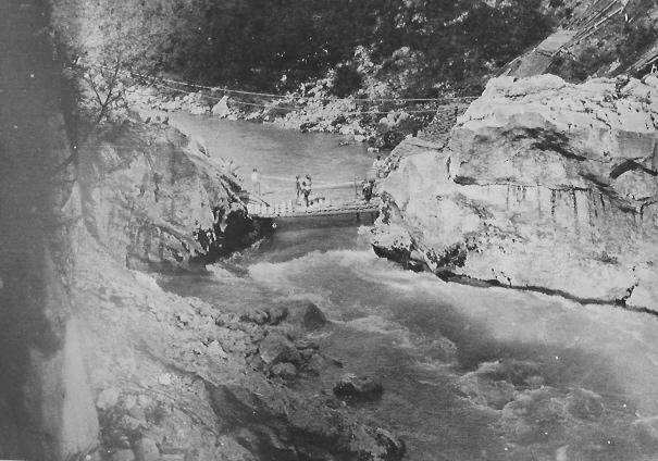Pont de bois sur l'Isonzo. Les conditions de combat sont particulièrement difficiles pour les Italiens.